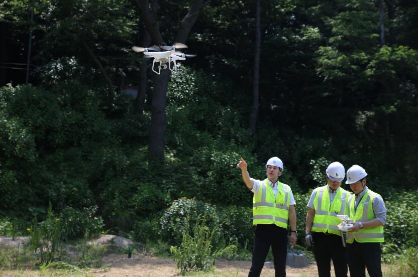 태종대유원지 태종사 주변 사면을 드론(drone)을 활용한 점검을 하는 모습5
